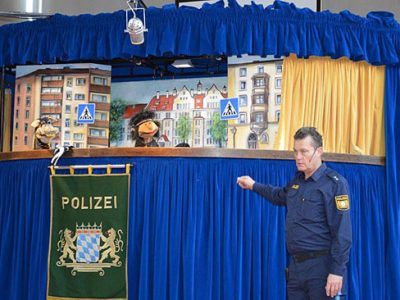 """Das Verkehrstheater der Münchner Polizei präsentiert: """"Winniquatsch, der Isarindianer"""""""