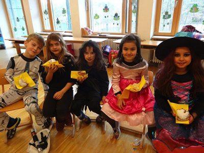 Die Kinder der 2. Klasse feiern Fasching