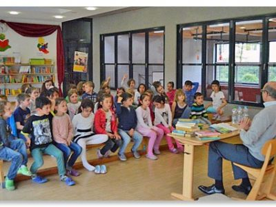 """""""Ein Koffer voller Bücher"""" – Roland Müller liest in der Grundschule Hochbrück"""