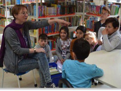 Die zweite und die vierte Klasse besuchen die Stadtbücherei Garching