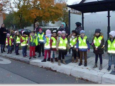 Übergabe der ADAC-Verkehrssicherheitswesten an der Grundschule Garching-West