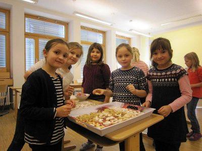 Weihnachtsbäckerei in der 2. Klasse
