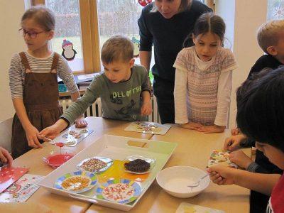 Weihnachtsbäckerei in der 1. Klasse
